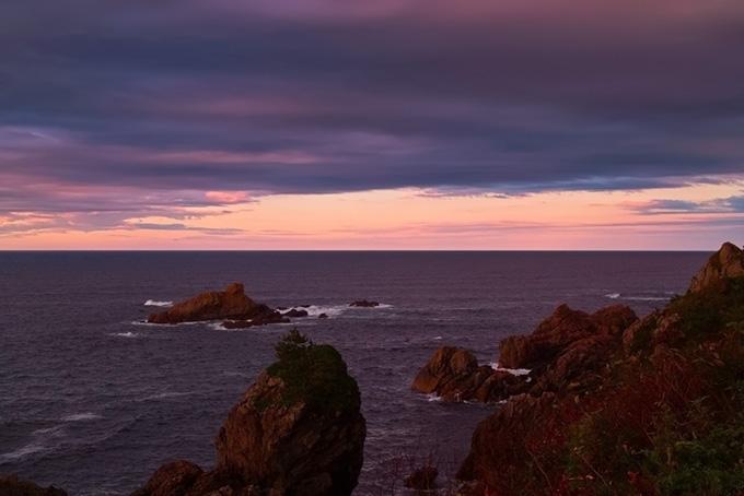 紫色に染まる夕暮れの海