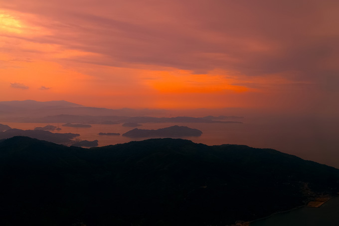 夕焼けの瀬戸の島々