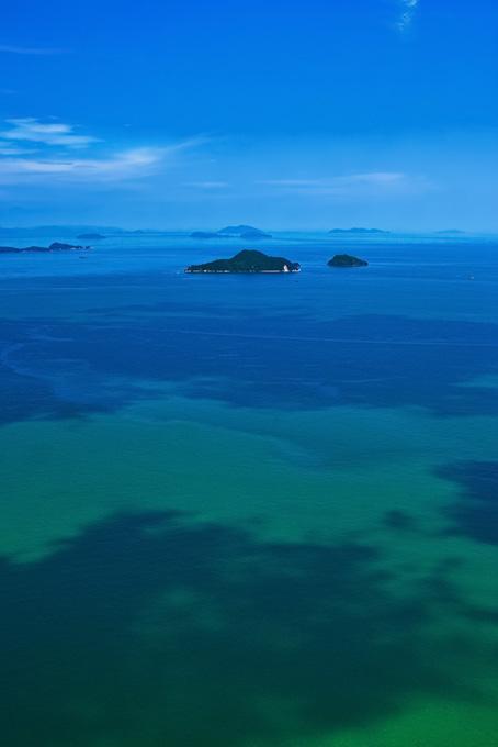 遠くに見える島々の背景(海の画像)