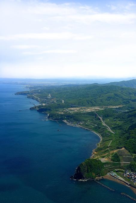 遠くまで続く海岸線の風景(海の画像)
