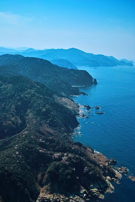 海に面した急な崖の景観(海の画像)