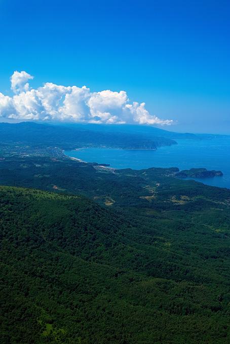 遠くに見える海辺の町の風景素材(海の画像)