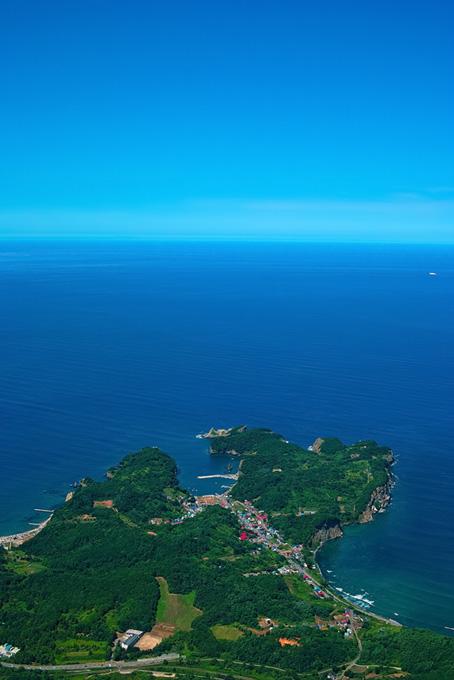 海を望む半島の港町の風景(海の画像)