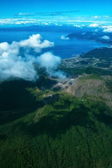山頂から見る海岸線の背景素材(海の画像)