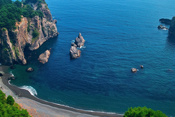 岩壁の青い入江