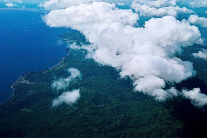 雲の下に見える海と陸