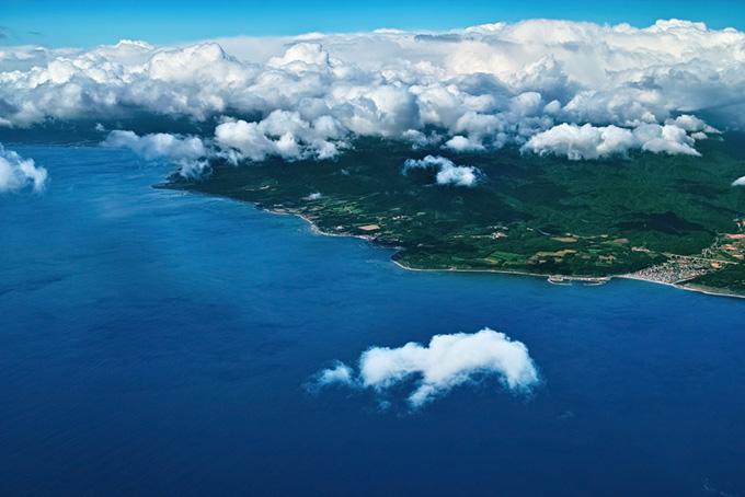 厚い雲の下の海岸線