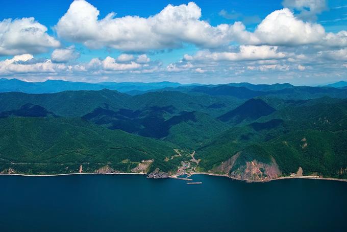 海と山に囲まれた小さな港町
