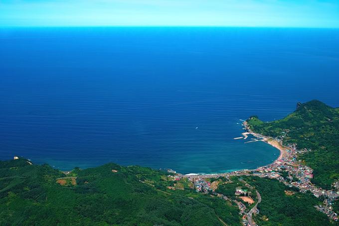 海辺の町と広がる大海