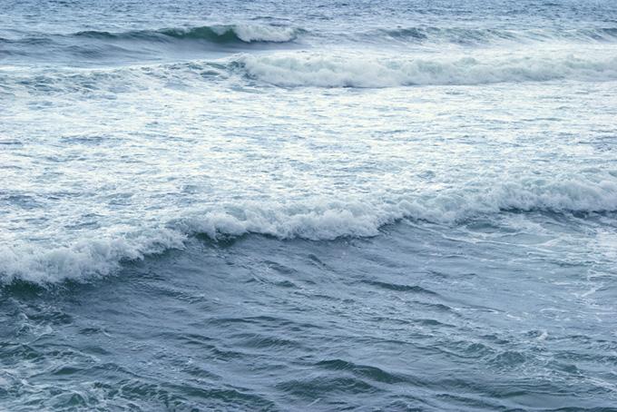 打ち寄せる白い波