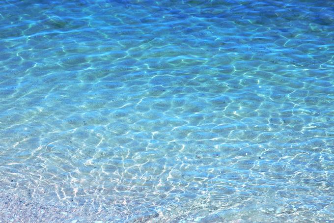 透き通るブルーの海面
