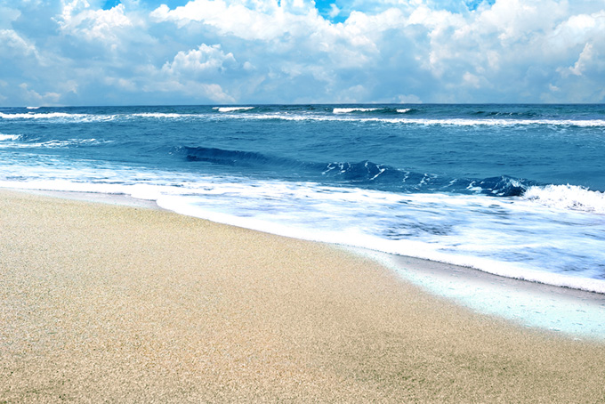 白い砂浜と青い波