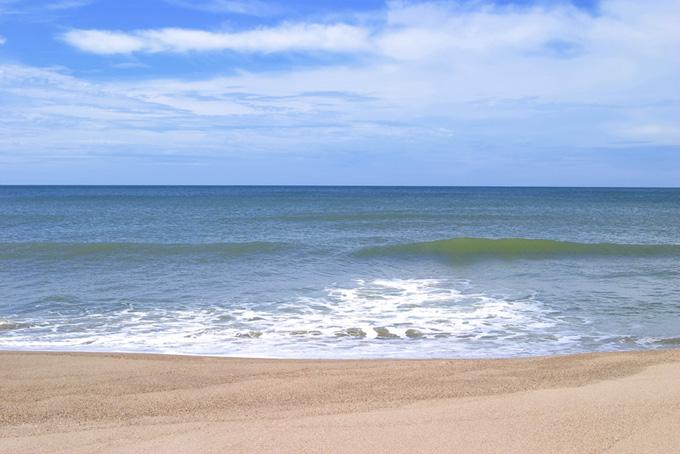 誰もいない真夏のビーチ