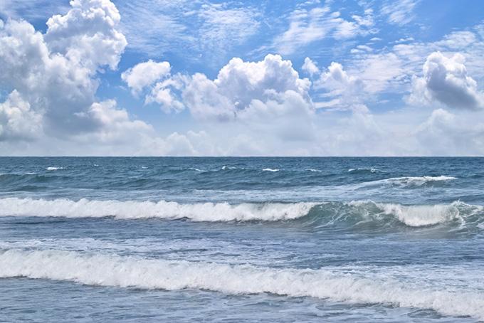 夏の海と寄せる波