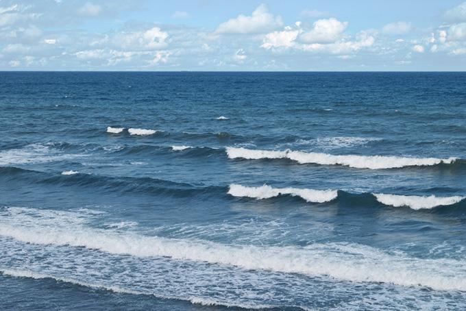 濃紺の海面と波