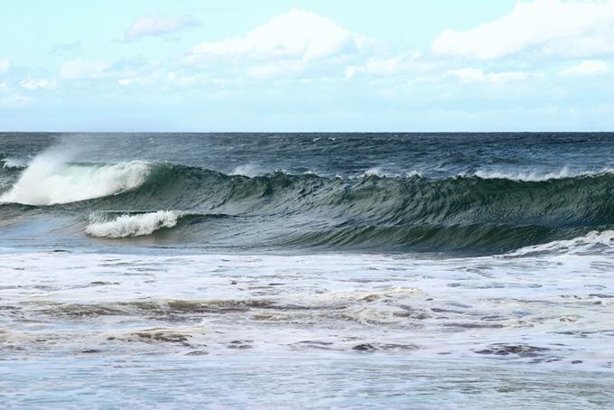 うねる大きな波