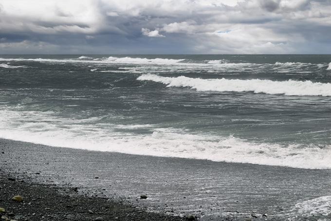 風のある冬の荒れた海