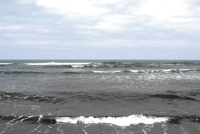 薄曇りの空と海