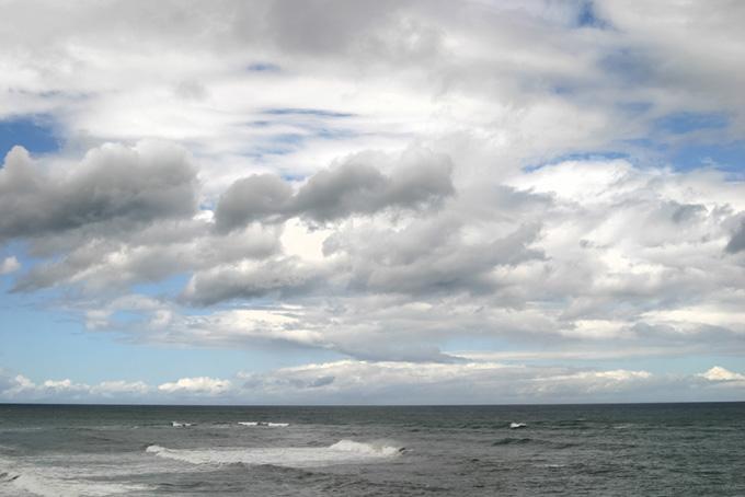 海と雲の多い空