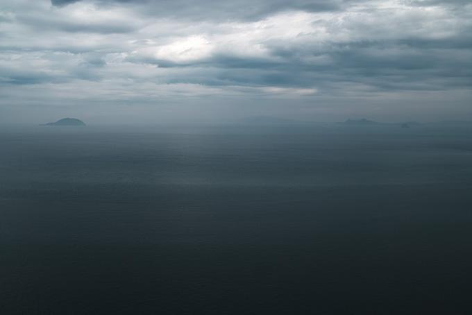 暗い海に霞んで見える島