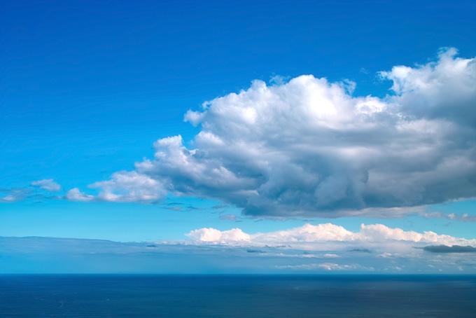 大きな雲のある青空と海
