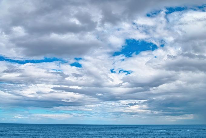 空と青い水平線