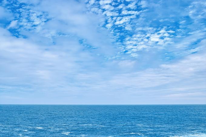 うろこ雲の空と青い海