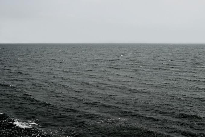 灰色の空と黒い海