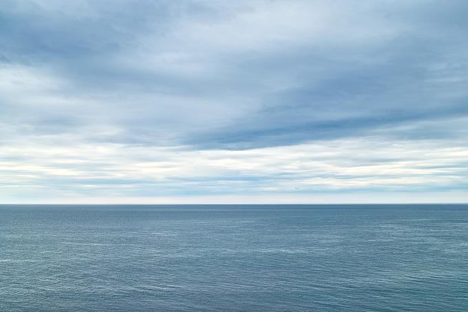 柔らかな光に包まれる朝の海