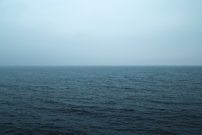 冷たい雨が降る薄暗い海