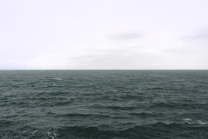 明るい空と暗い海