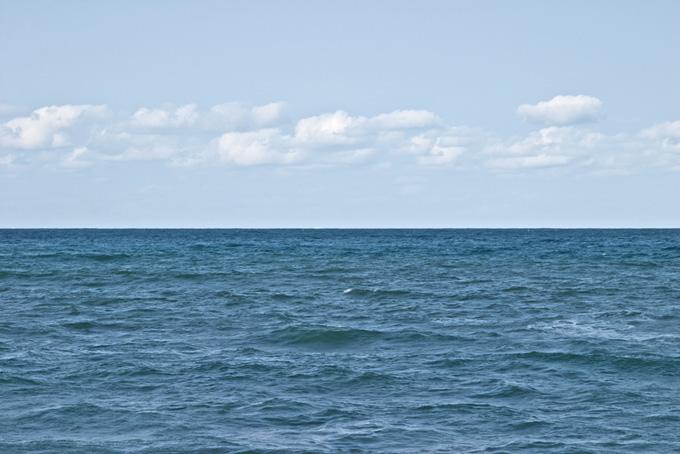 水平線の上を連なる雲