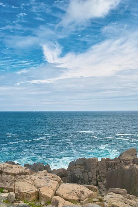 大きな岩のある海の磯