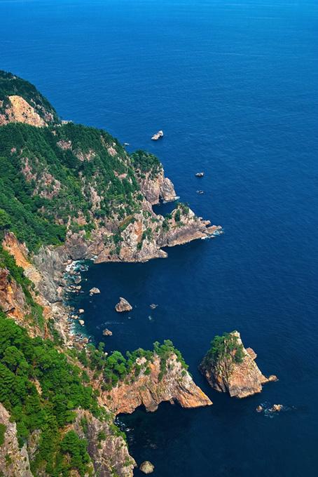 険しい断崖の海岸線