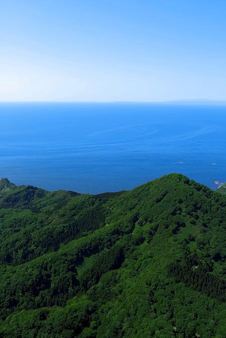 夏山の向こうに見える青い海