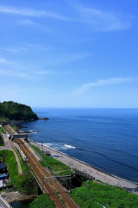夏の海辺と線路の風景
