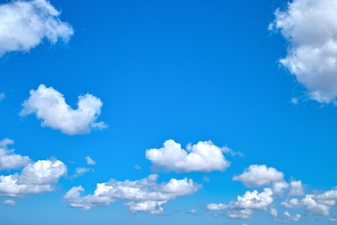 綺麗な青空に連なる雲(青空 フリーの画像)