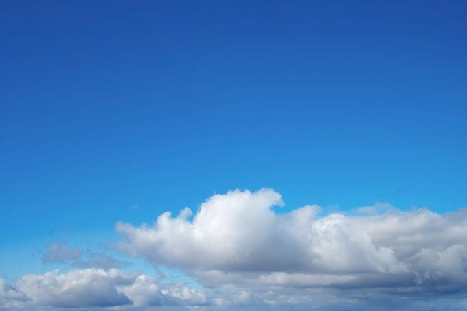 大きな雲の上の紺碧の空