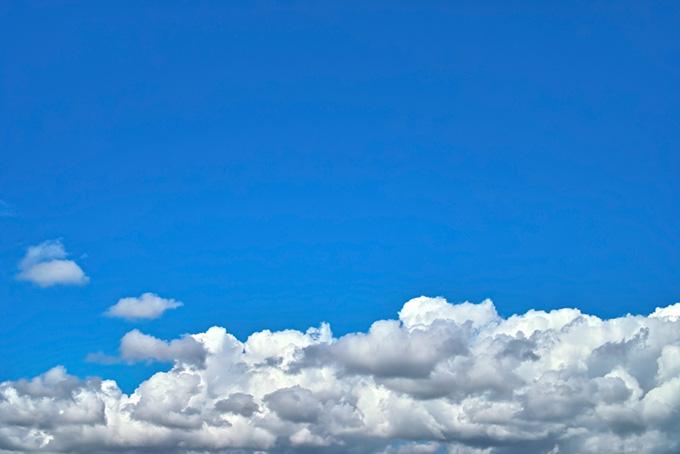 厚い雲の上に隈なく広がる青空