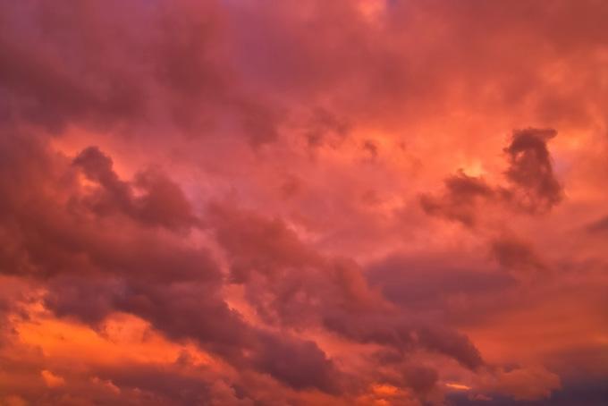 幻想的な茜色に染まる夕焼け空の画像(空 フリーの画像)