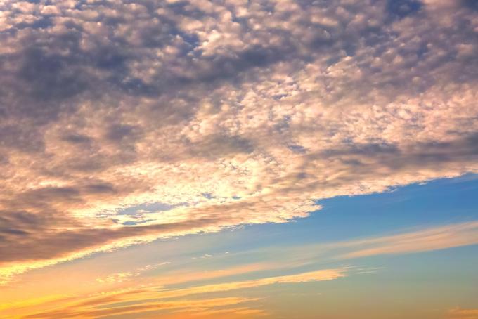 夕焼けの空が鮮やかに染まる背景(空 フリーの画像)