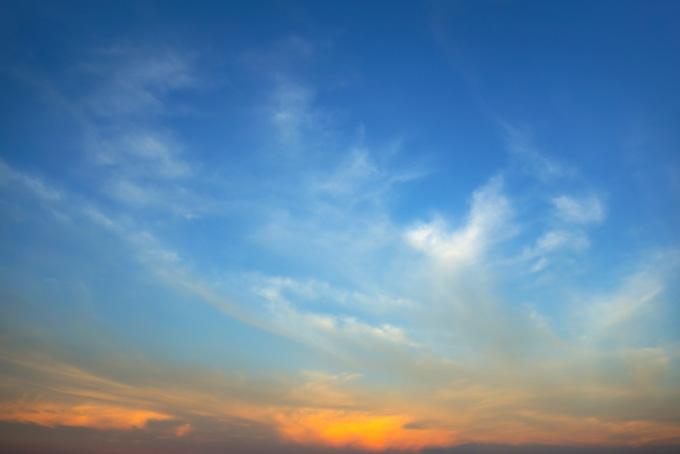 夕焼け空が柔らかな光りに包まれる風景(空 フリーの画像)