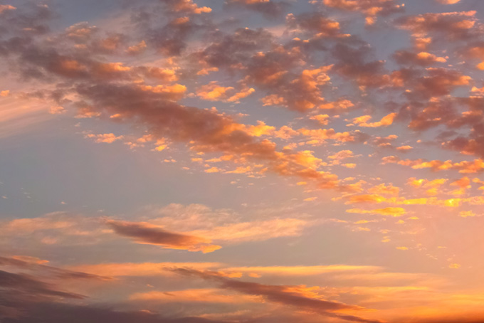 茜雲が夕焼けの光に照らされる