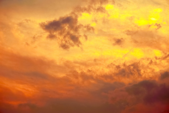 壮麗な燃えるような夕焼け