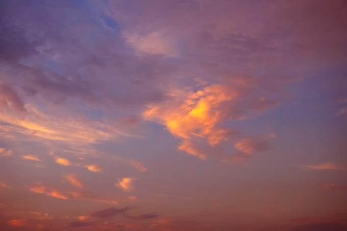 オレンジ色の雲が浮かぶ夕焼け空の素材(空 フリーの画像)