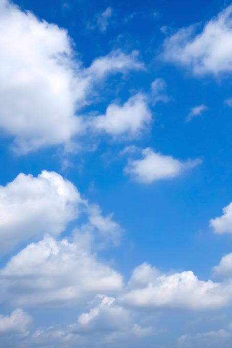青空にゆっくりと流れる雲(青空のフリー画像)