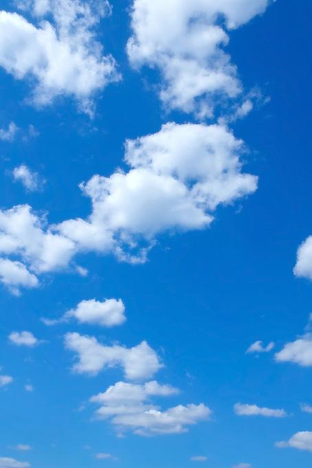 抜けるような空と白い雲(青空のフリー画像)