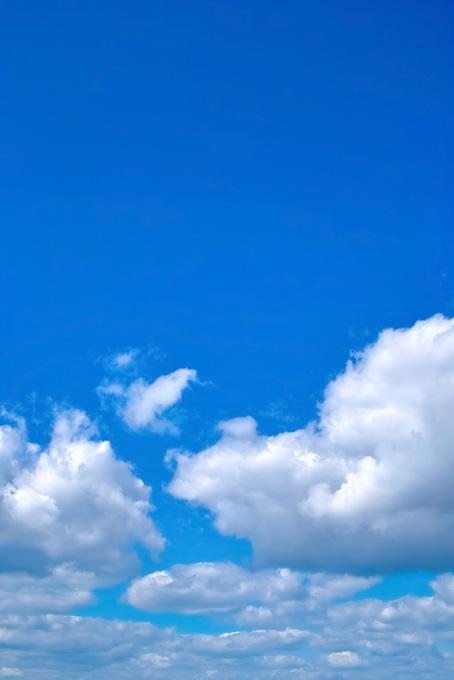 群雲の上に広がる瑠璃色の青空(青空のフリー画像)