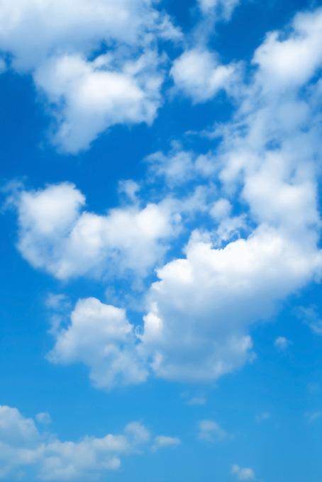 青空に高く登り立つ雲(青空のフリー画像)