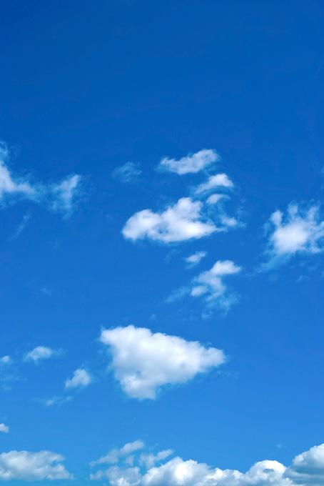 天高い紺碧の空に踊る雲(青空のフリー画像)